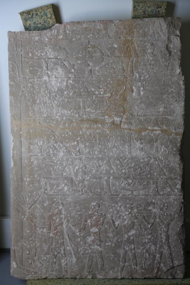 Détail de la stèle avant restauration. ©Louvre-Lens
