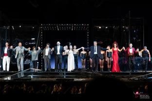 Andrea Certa ringrazia il pubblico al termine della Traviata al Luglio Musicale Trapanese