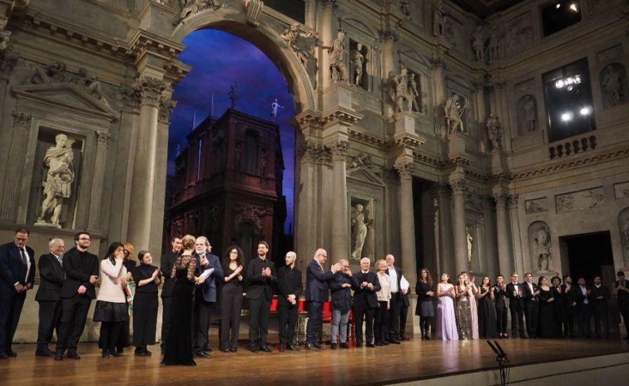 La cerimonia di premiazione sul palco del Teatro Olimpico con i maestri accompagnatori, la giuria e i finalisti del Concorso