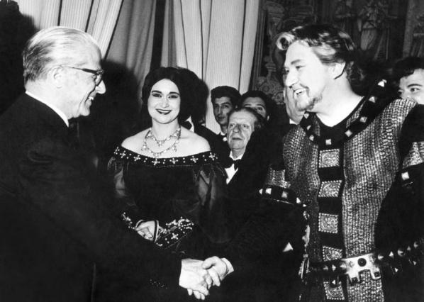 Il Presidente della Repubblica Giovanni Gronchi si complimenta con Gastone Limarilli dopo la rappresentazione della Battaglia di Legnano alla Pergola di Firenze. Al centro, Leyla Gencer