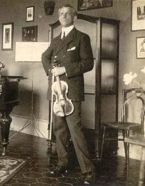 Rosario Scalero con il suo violino