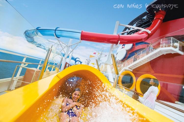 Cruceros Disney piscina con toboganes