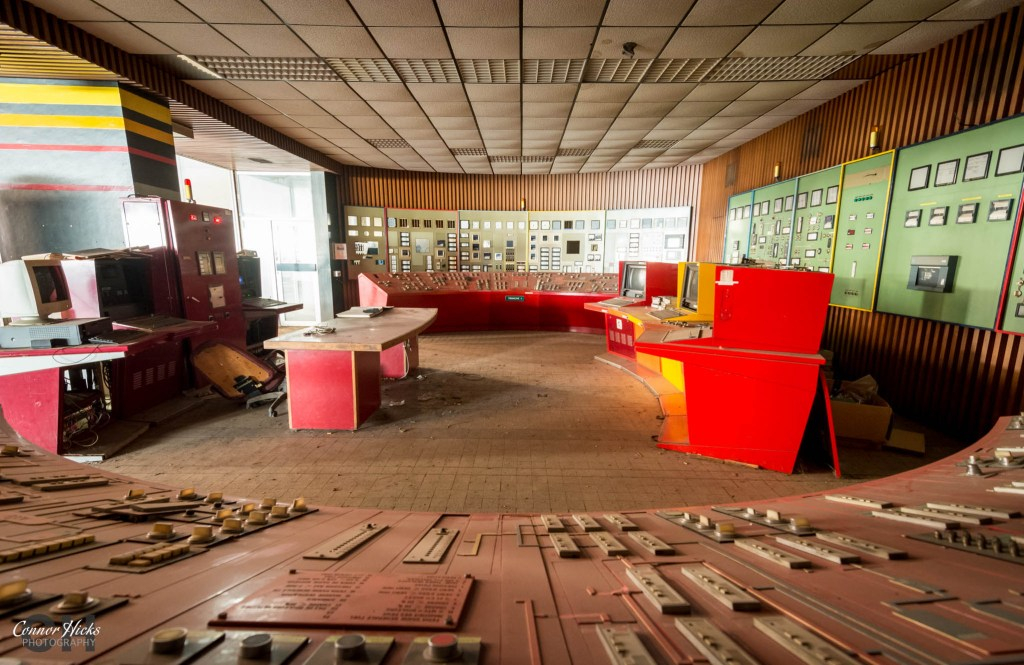 control room france red urbex power station 1024x665 Red control room, France