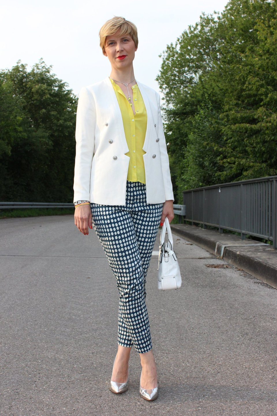IMG_9574a_blueprintpants_dots_punkte_whiteblazer_yellowblouse_Hallbhuber_HundM_metallic_pumps