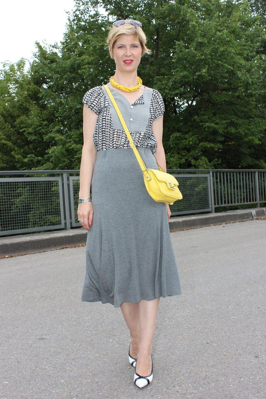 IMG_9735agrey_midiskirt_skirt_silkblouse_pumps_blackandwhite_hundm_yellow_gelb_accessoires_bag_necklace
