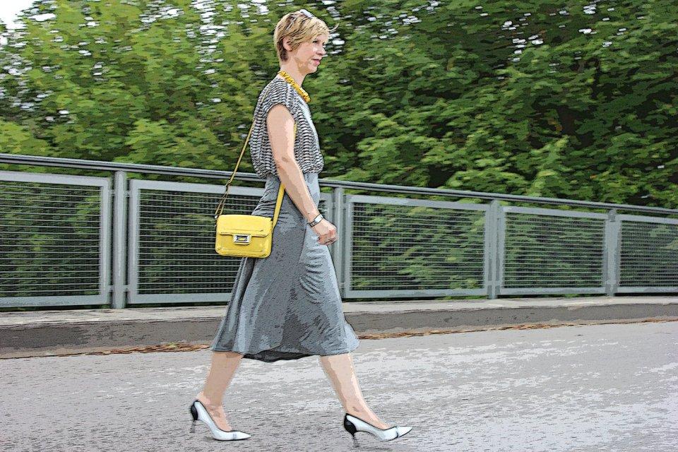 grey_midiskirt_skirt_silkblouse_pumps_blackandwhite_hundm_yellow_gelb_accessoires_bag_necklace