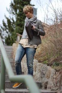 IMG_2080a_Strickpulli_Seidentop_OnlyAnkleSkinny_differentshoes_Lederjacke_Mrs&Hugs