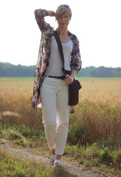 IMG_8009aLongbluse_Blumen_flowers_weisseHose_whitepants_oui_top_summer_fashion_aheamdundahos_conny_crossbodybag