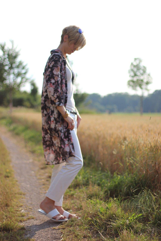 IMG_8020aLongbluse_Blumen_flowers_weisseHose_whitepants_oui_top_summer_fashion_aheamdundahos_conny_crossbodybag