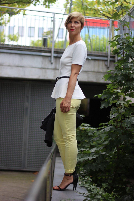 IMG_0210a_JBrand_gelbeJeans_yellow_Peplum_Mango_H&M_blazer_Sandaletten_blackwhite_schwarzweiß_Conny_AHemadundaHos