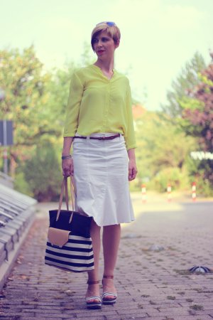 IMG_9835a_hallhuberBluse_SoitRock_gelb_weiß_yellow_with_sommerlook_StellaandDot_MarcoPoloWedges