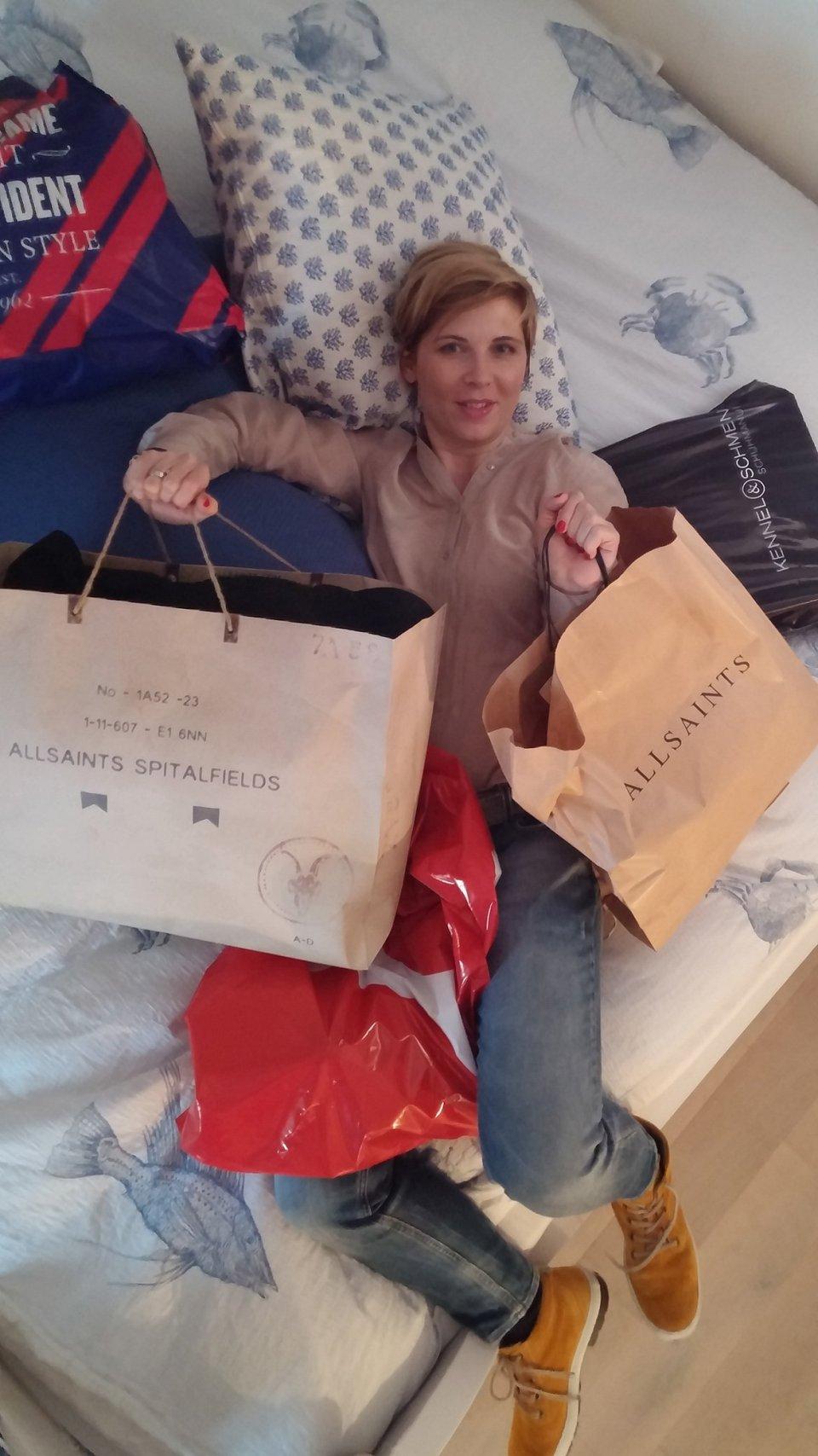Conny im Himmel... das bequemste Bett der Welt und die Shopping-Ausbeute...