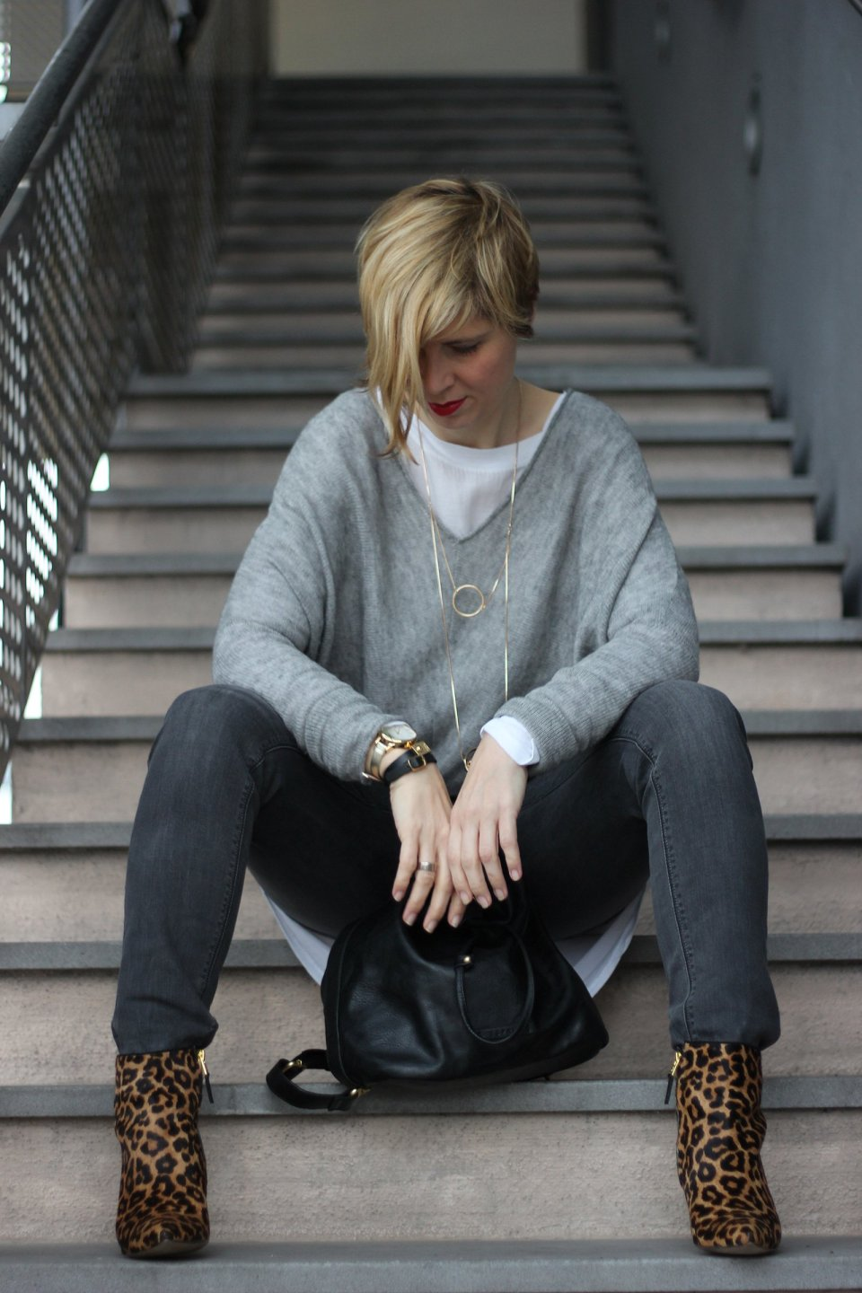 IMG_9152a_casual_grau_Only_FreePeople_Pullover_Layering_Goldschmuck_Leoboots_SamEdelman
