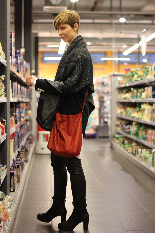 IMG_9200a_Lederhose_Apart_SoftRebel_Bluse_White_cape_schal_gaastra_blackandwhite_Leatherpants_Apart_Felmini_Shoes