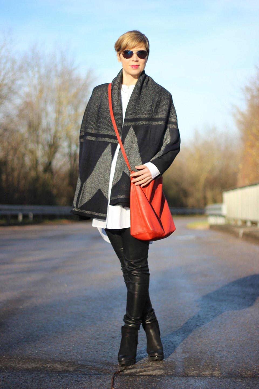 IMG_9208a_Lederhose_Apart_SoftRebel_Bluse_White_cape_schal_gaastra_blackandwhite_Leatherpants_Apart_Felmini_Shoes