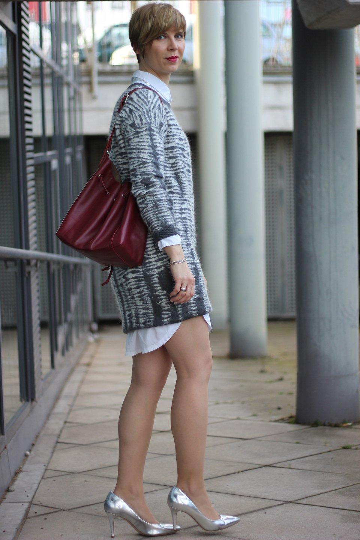 IMG_0625a_AllSaints_Strickkleid_grau_weiss_MetallicHeels_ConnyDoll_AHemadundahos_Fashionblog_