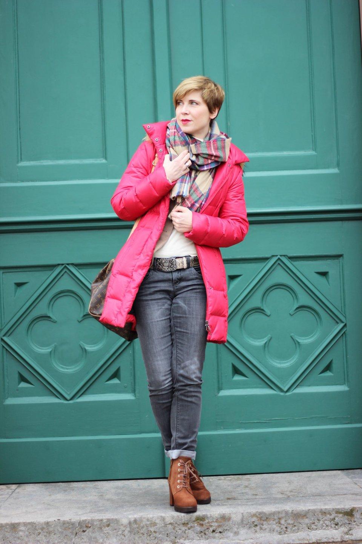 Daunenmantel rot, Outfit: Braun und Grau vor grüner Türe