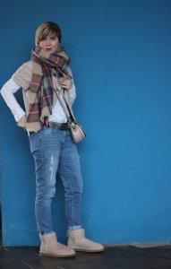 Outfit komplett vor blaure Wand- Boyfriend Jeans, Windsor Jacke, weiße Bluse und UGGs hellbeige