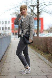 Grauzone - lederjacke, jeans, blusenshirt, sneaker, casual,