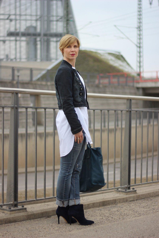 kragenlose Bluse, Jeans, Denim allover, Jacke, Jeanshose, Hallhuber Kette,