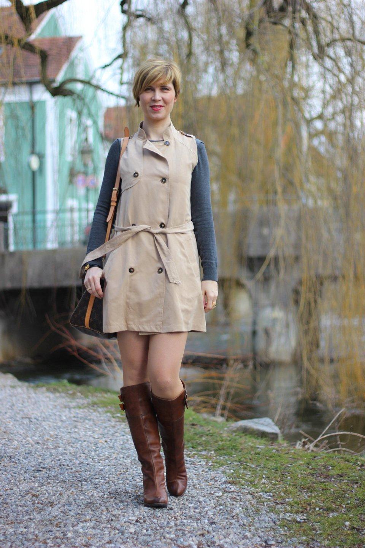 ärmelloser Trench, Jacket Society, Dorothee Schumacher, Frye Boots, Allstains Kleid, Frühling