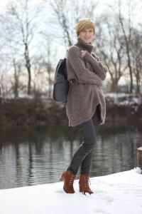 Lederlegging, Rollkragenpullover, schwarz und braun, Winterlook, Bilder am See auf dem Steg