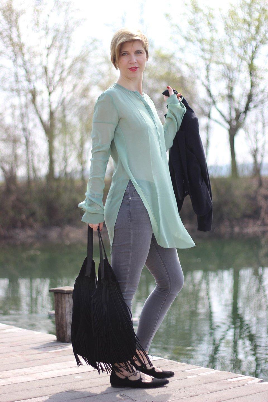 Schnürballerina schwarz zu grauer Skinnyjeans und grüner Seidenbluse, Dorothee Schumacher, Blazer H&M