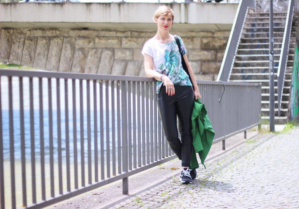 Sommerlook in grün, Conny Doll, ü40Fashion, Outfitblog, Lederhose, Rituals, Oversized Shirt, Boss Orange, Sneaker, casual