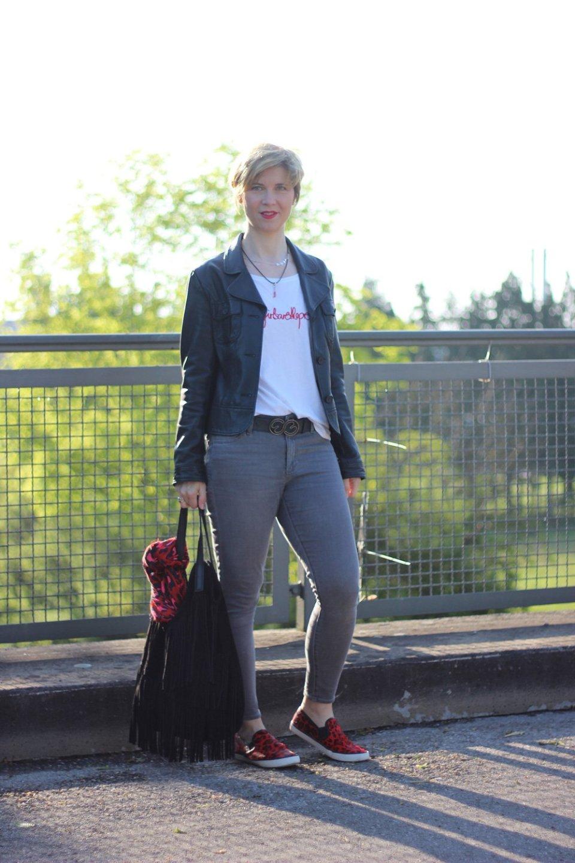 Conny Doll, ü40-Blogger, Rot, Schwarze Sneaker, Leo Sneaker, Skinny, Topshop, grau, redirection, Shirt,