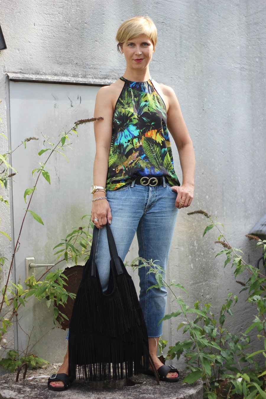 Großstadtdschungel, schulterfreies Top, cropped Jeans, Pantoletten, Conny Doll, Fransentasche, Sommerlook