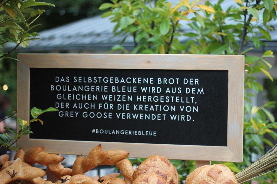 Boulangerie Bleue, Conny Doll, Cafe Reitschule Muenchen, Getraenk, franzoesische riviera, event, blau, outfit, fashionblog, Schild