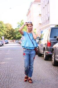 Meine mehrlagige Bluse von Jil Sander Navy, besticke Jeans und Schleifenballerina von Zara, blaues Outfit, rote Tasche, Conny Doll