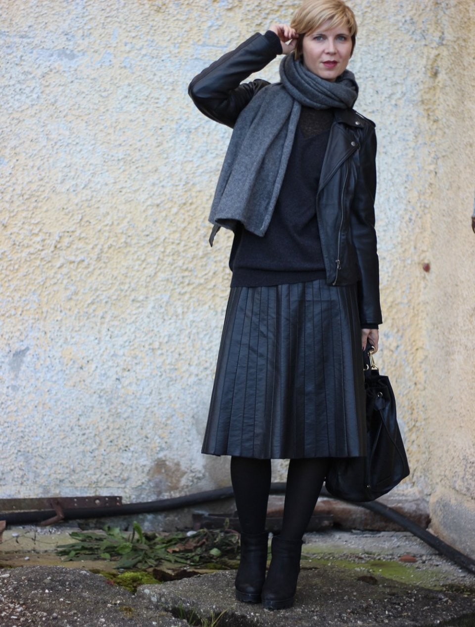 Fake leather, faltenrock, pleated skirt, schwarz, black, Tipp, Netzstrumpfhosen, Cashmere, Pullover, Boyfriendpullover, neyo, schwarz, Kaschmirpullover, Lederjacke, Bikerjacke, Conny Doll