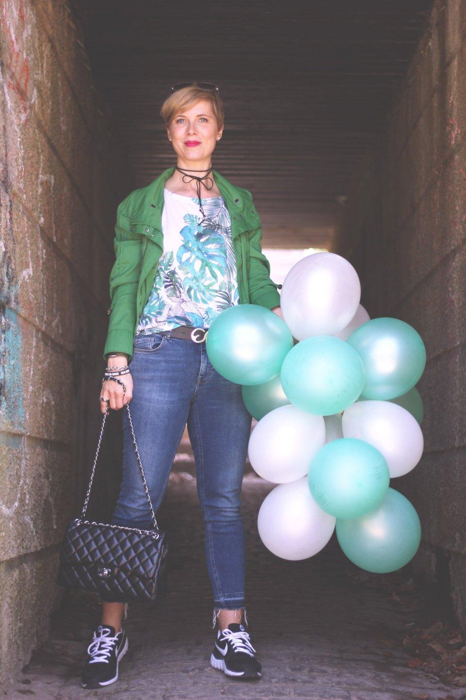 Was packe ich in meinen Koffer, grüne Jacke, Anklejeans, Sneaker, Rituals, Chanel, Luftballons, Conny Doll, Münchenblogger