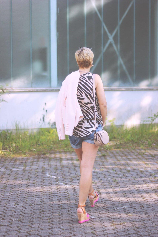 Sommerkleider vs. Shorts, Seidentop, Blazer, Denimshorts, Wedges, Conny Doll