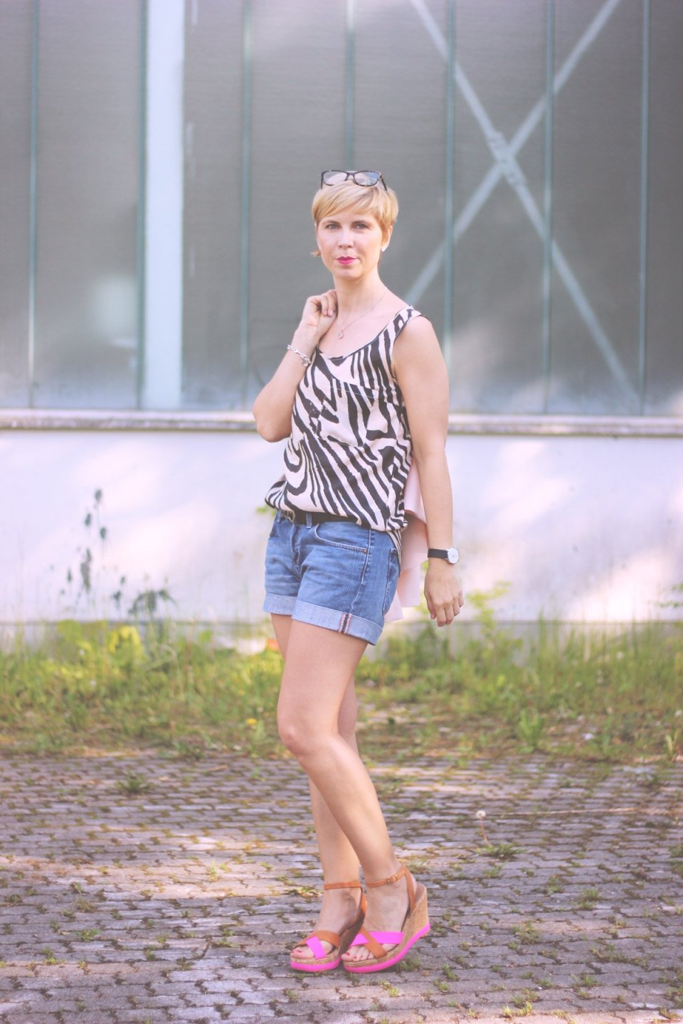 Sommerkleider vs. Shorts, Seidentop, Blazer, Denimshorts, Wedges, Conny Doll