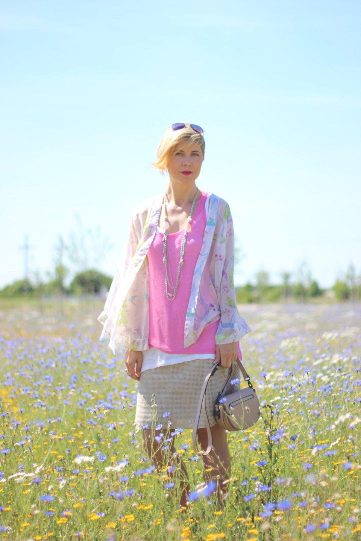 Welches Outfit trage ich im Büro bei dieser Hitze? Hängerchen, Kimono-Jacke, Sandalen, pink und beige