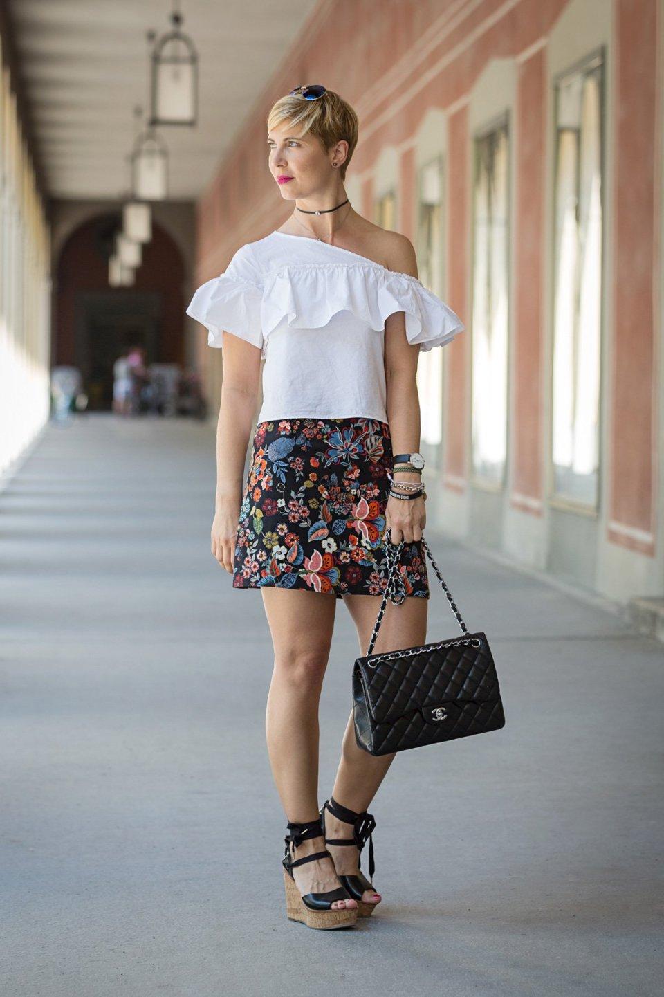 Mini-Rock, Ladybloggers, unterschiedliche Röcke, Conny Doll, schulterfrei, oneshoulder, weiße Bluse. Blumenmuster
