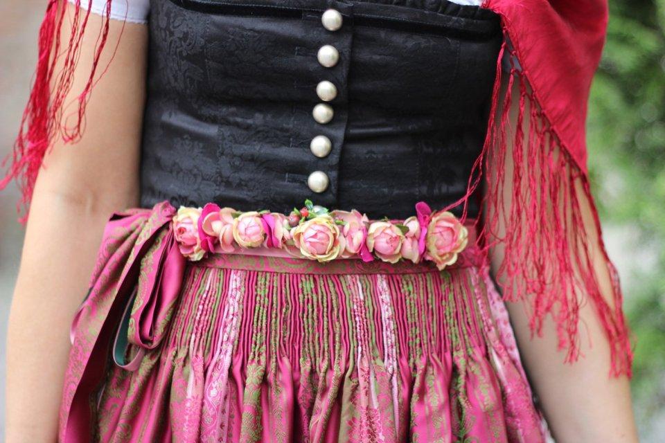 Dirndl aufgemascherlt mit einem Blumengürtel, Karin Kolb, Trachtenmanufaktur, Dirndlschürze, München, Sendlinger Tor, Details