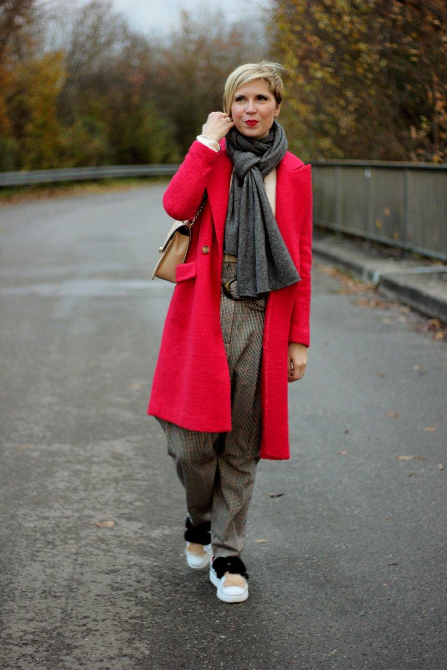 Dieses Bild gehört zu einem Beitrag über den Kinofilm Madame und illustriert einen bequemen Look fürs Kino, die Paperbag Hose mit Sneaker und Strickpullover