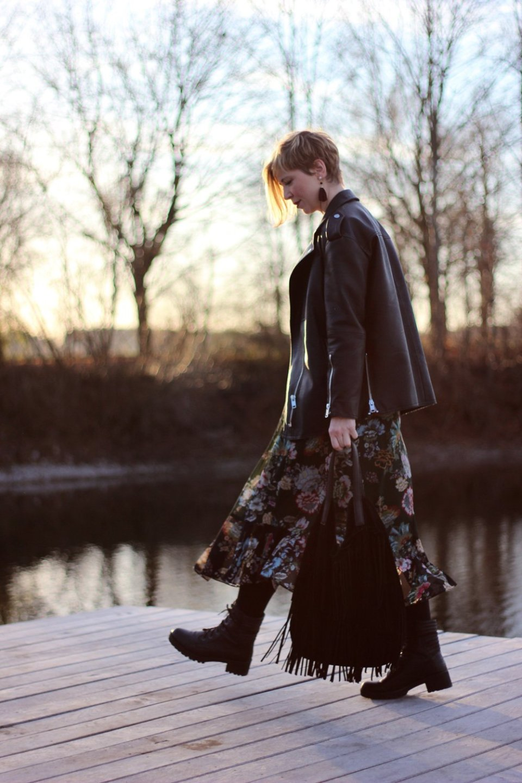 Dieses Foto illustriert einen Beitrag über die Kommentarkultur auf meinem Blog und mein Kleid ist von Zara und ich habe es mit einem Moto-Jacket und Boots kommentiert. Ich mag den Stilmix