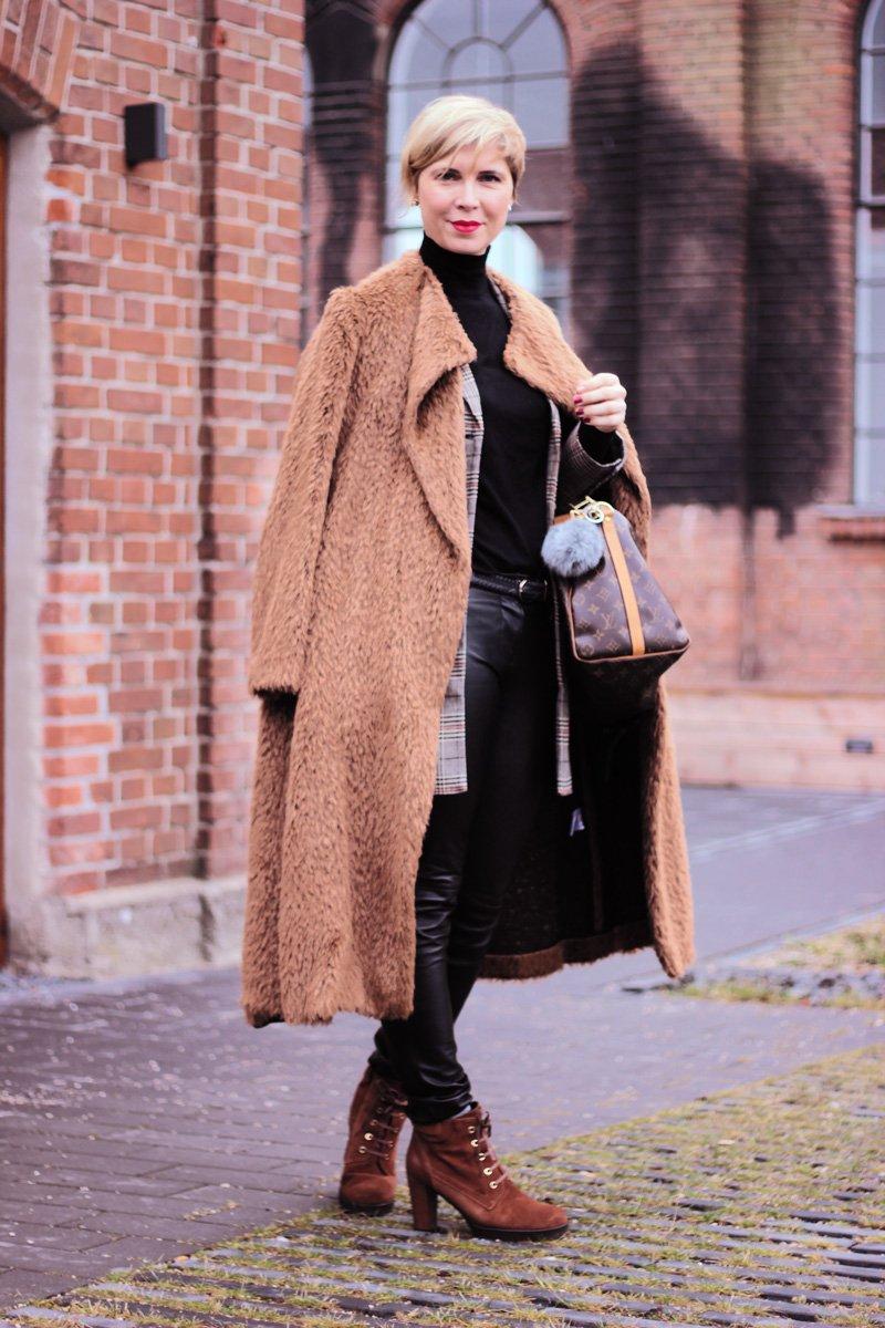 Conny Doll Lifestyle: Das finde ich beim Kauf einer Lederlegging wichtig! Karoblazer, schwarzer Rollkragen, Winterlook, Fakefurmantel