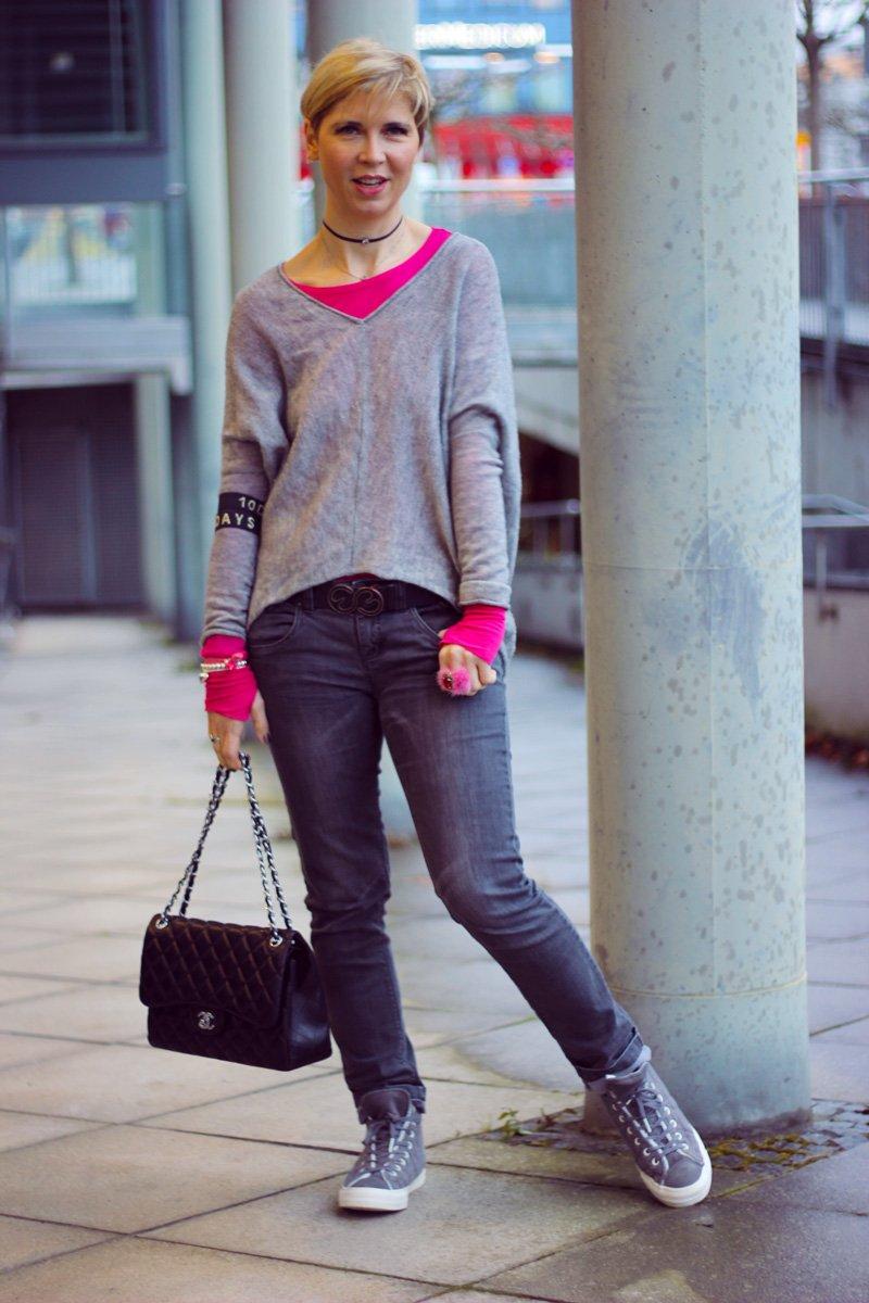 Conny Doll Lifestyle: Regenwetter, casual Friday Style, pink und grau, sneaker, chucks, Fakelederjacke,