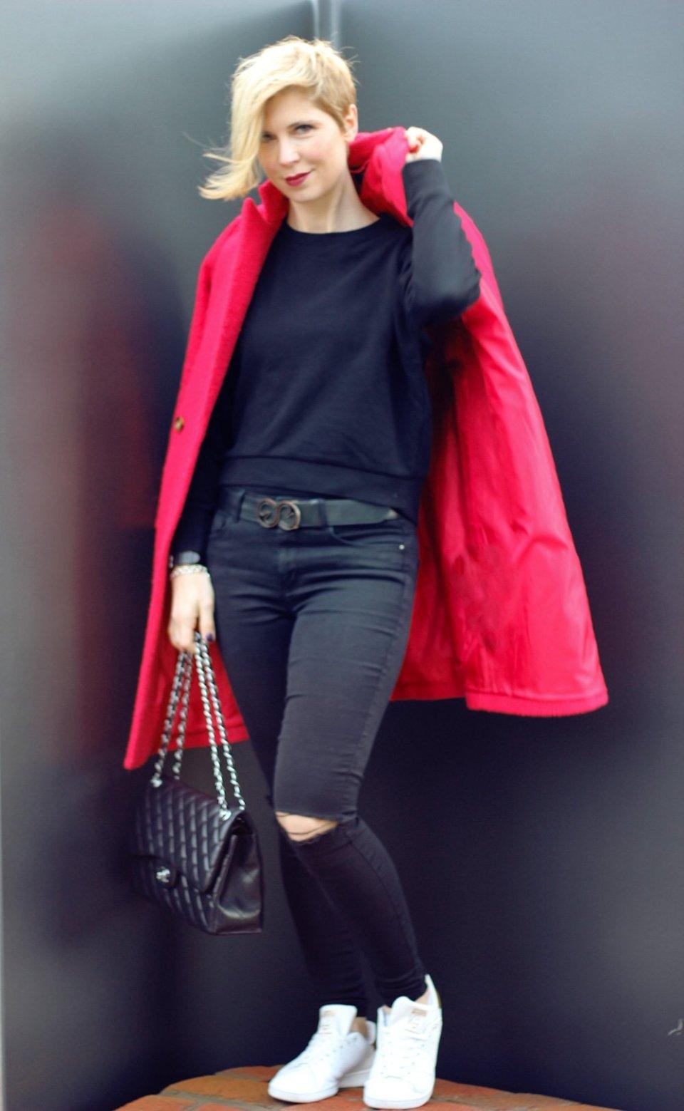 Conny Doll lifestyle: roter Mantel, schwarzen Alltagslook, weiße Sneaker, casual,