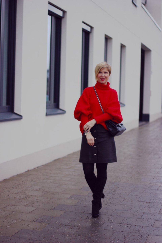 Conny Doll Lifestyle: Was ziehe ich über einen Pullover mit Ballonärmel?, Lederrock, Strumpfhose, Batallion Belette, Stiefel