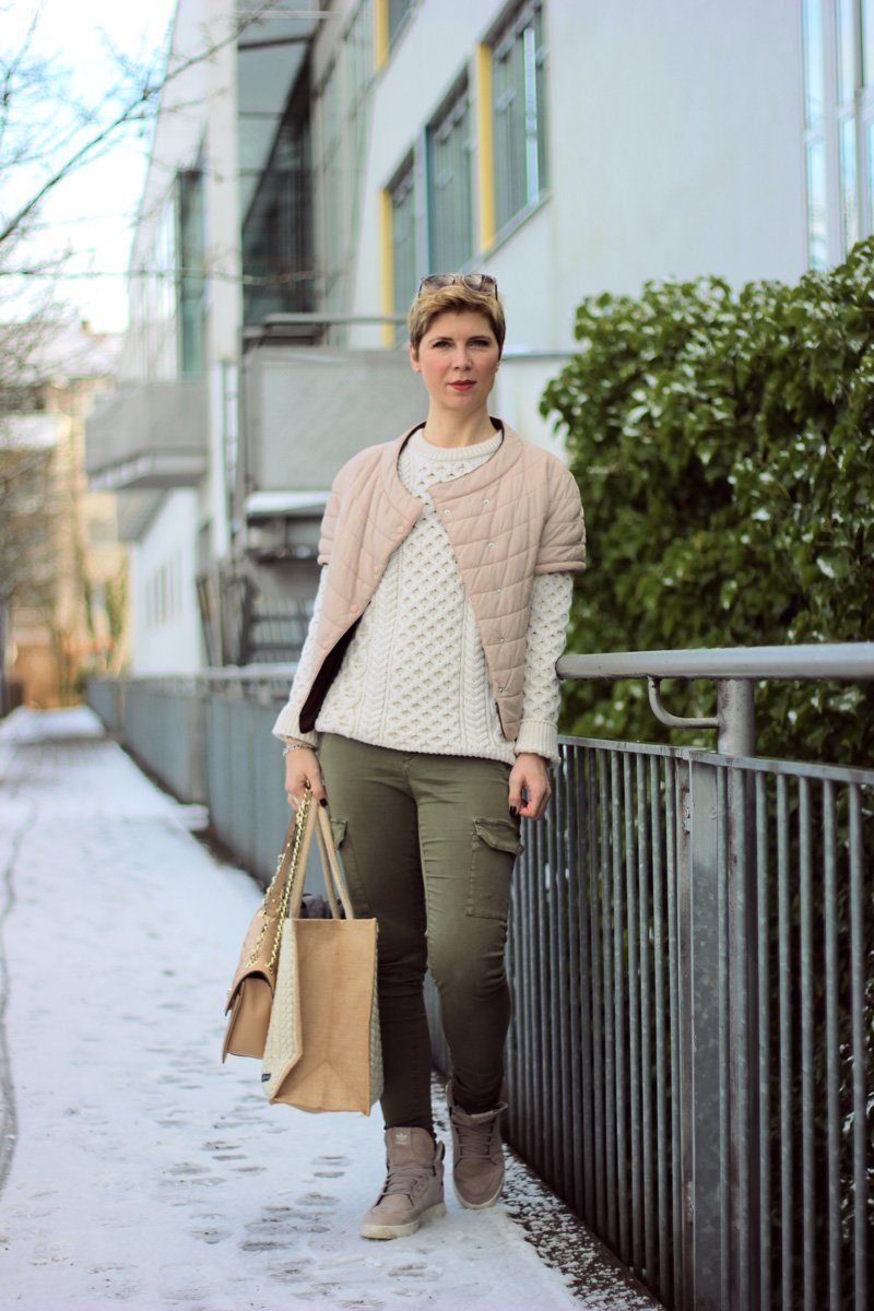 Conny Doll Lifestyle: irischer Strick von Irelandseye, Irland, Aran-Sweater, Cargohose, Sneaker, Weste, Winterlook