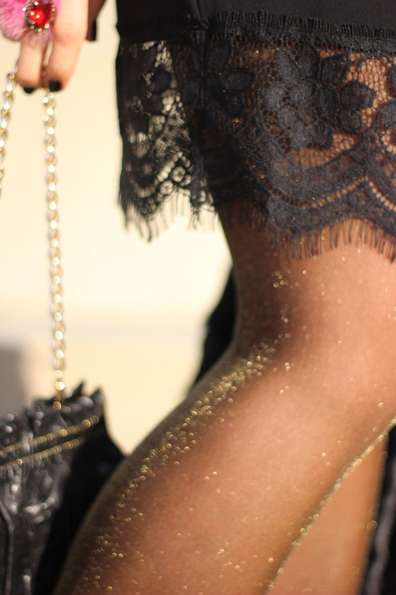 Conny Doll Lifestyle: Mein Valentinsoutfit: Tunika mit schwarzer Spitze von WENZ, goldener Schimmer, Strumpfhose, goldene Accessoires, Stiefeletten, Winterlook, Details
