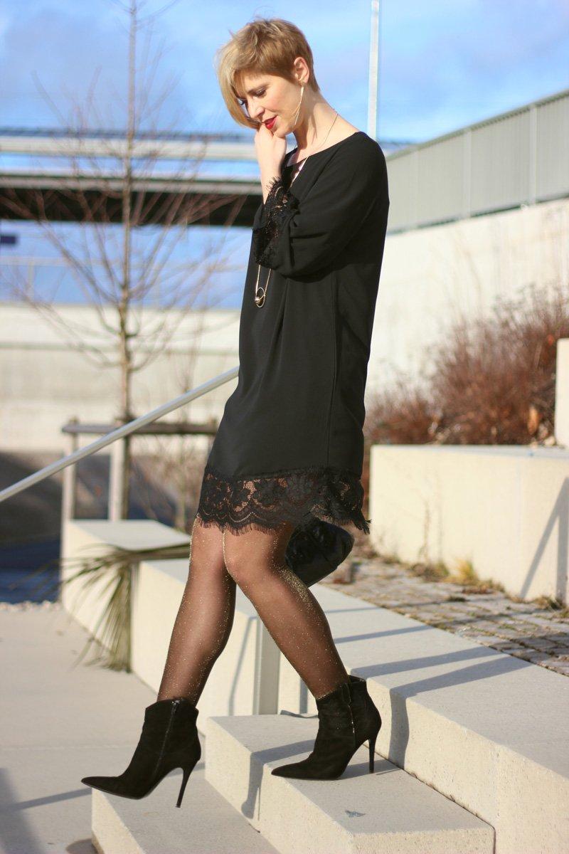 Conny Doll Lifestyle: Mein Valentinsoutfit: Tunika mit schwarzer Spitze von WENZ, goldener Schimmer, Strumpfhose, goldene Accessoires, Stiefeletten, Winterlook,