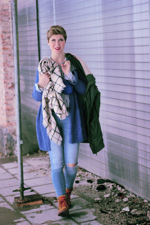 Conny Doll Lifestyle: Blogpost über The Bold Type von Amazon Prime, Casual Styling mt Gürteltasche, blauer Cardigan, Streifenbluse, Skinny, Parka