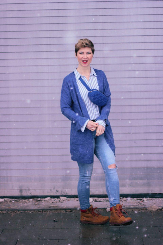 Conny Doll Lifestyle: Blogpost über The Bold Type von Amazon Prime, Casual Styling mt Gürteltasche, blauer Cardigan, Streifenbluse, Skinny